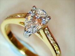 1.00ct_pear_shaped_diamond_in_18ct_yellow_gold.jpg