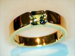 Natural_yellow-green_sapphire_in_18ct_yellow_gold.jpg
