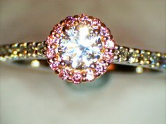 Round_brilliant_cut_with_natural_pink_diamond_halo.jpg