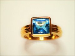 Sapphire_cabachon_in_yellow_gold.jpg